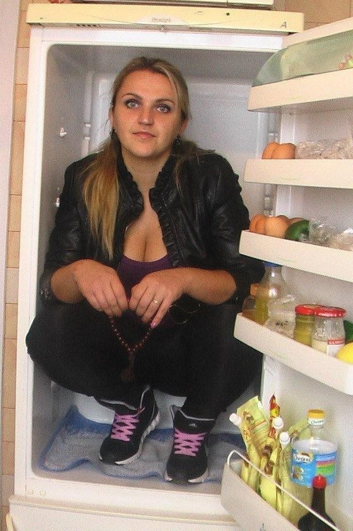 девушка сидит в холодильнике
