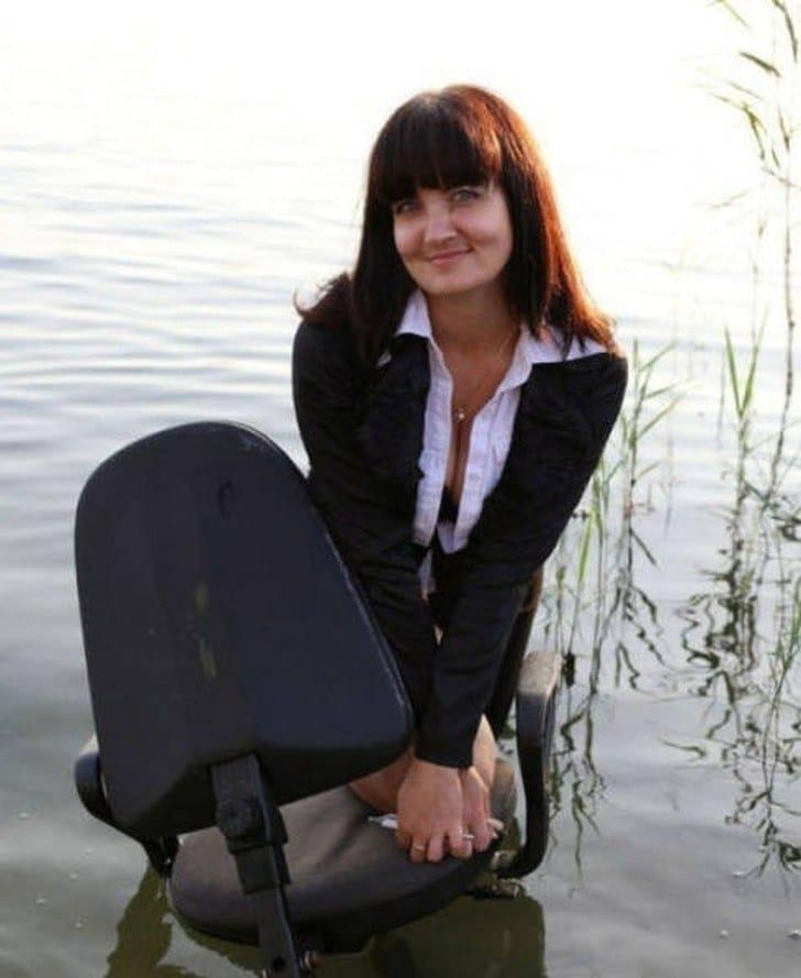 девушка со стулом в озере