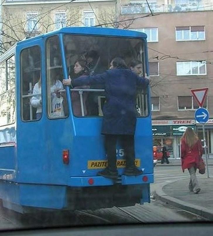 мужчина едет на трамвае