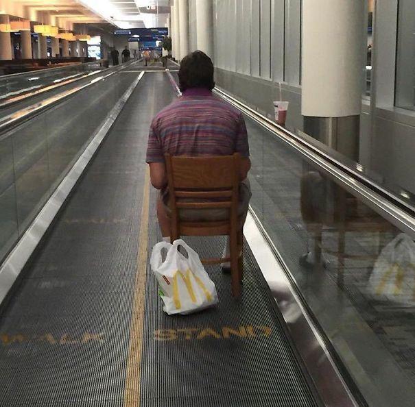 мужчина сидит на стуле на движущейся ленте