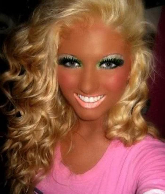 девушка с неудачным макияжем