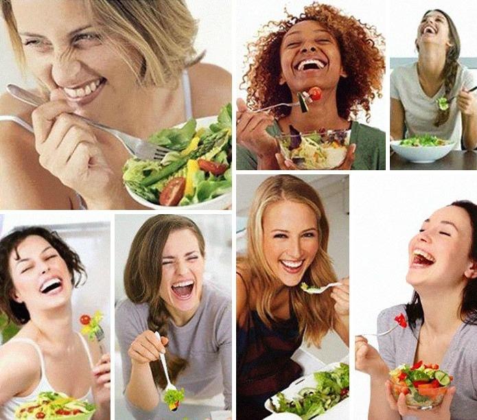 девушки едят салат и смеются
