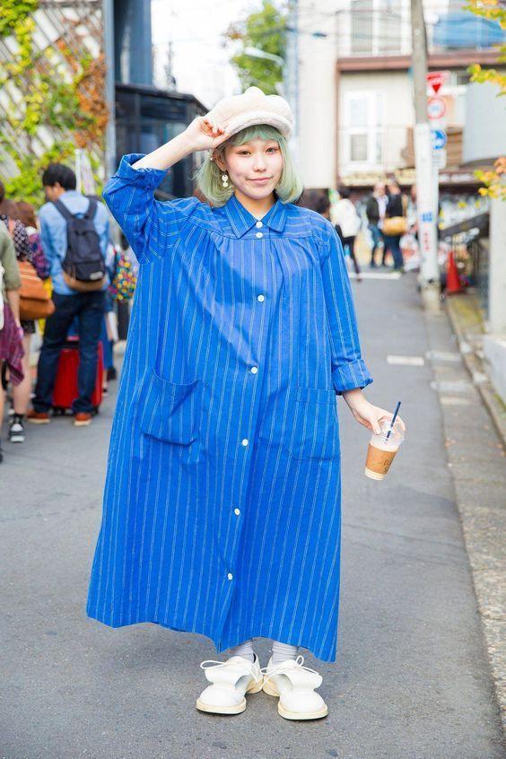 японка в синем платье