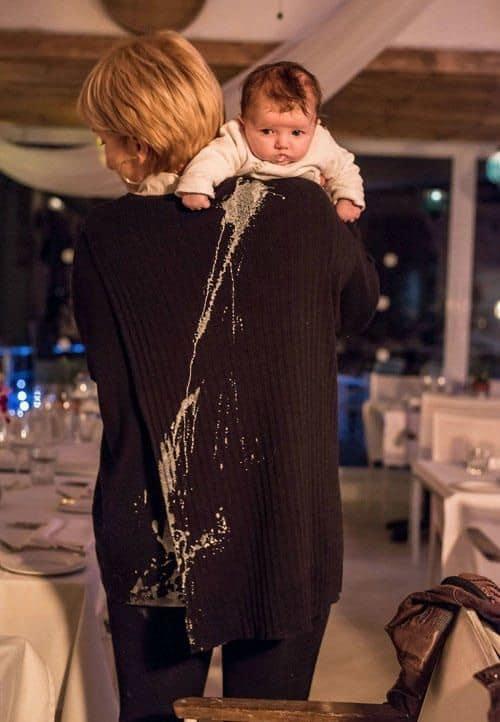 малыша вырвало на женщину