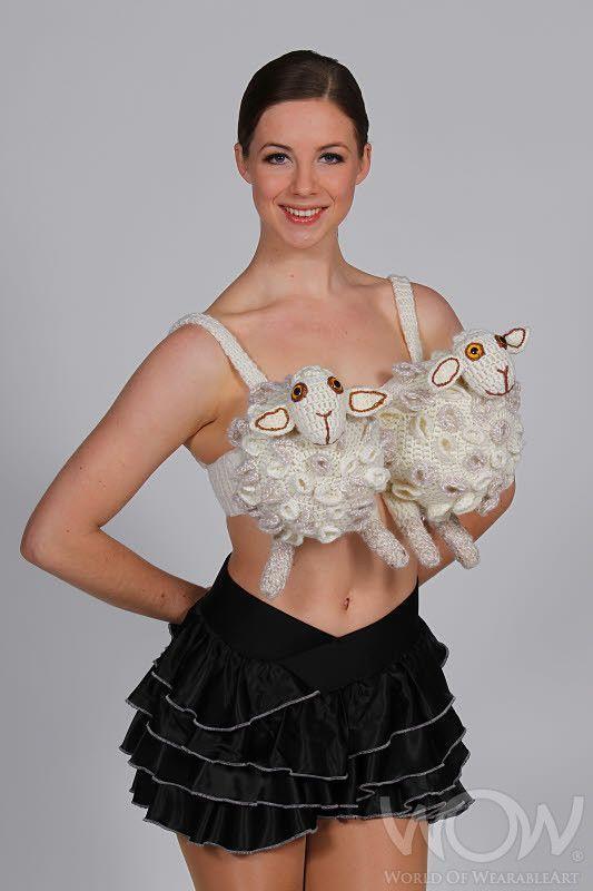 девушка в бюстгальтере в виде овечек