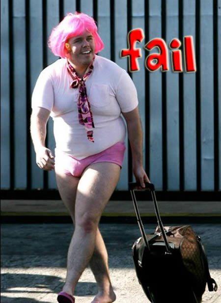 мужчина в розовых трусах и парике с чемоданом