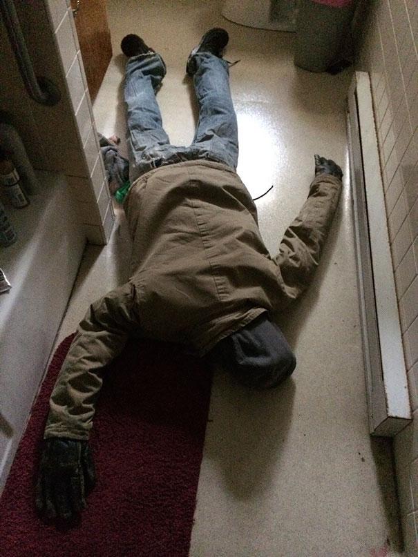 чучело из одежды на полу