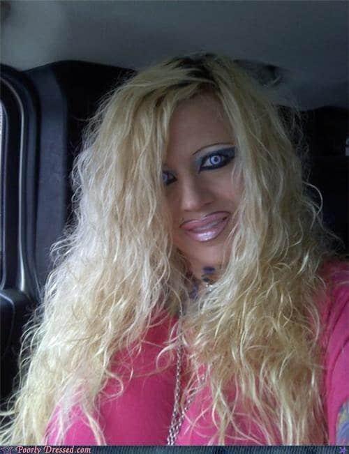 блондинка с ярким макияжем на лице