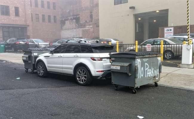 машина и мусорные баки