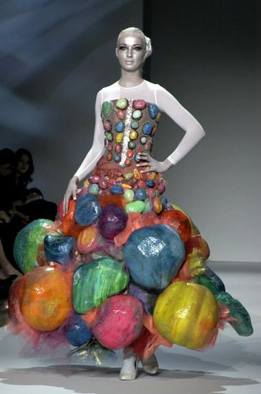 модель в странном платье