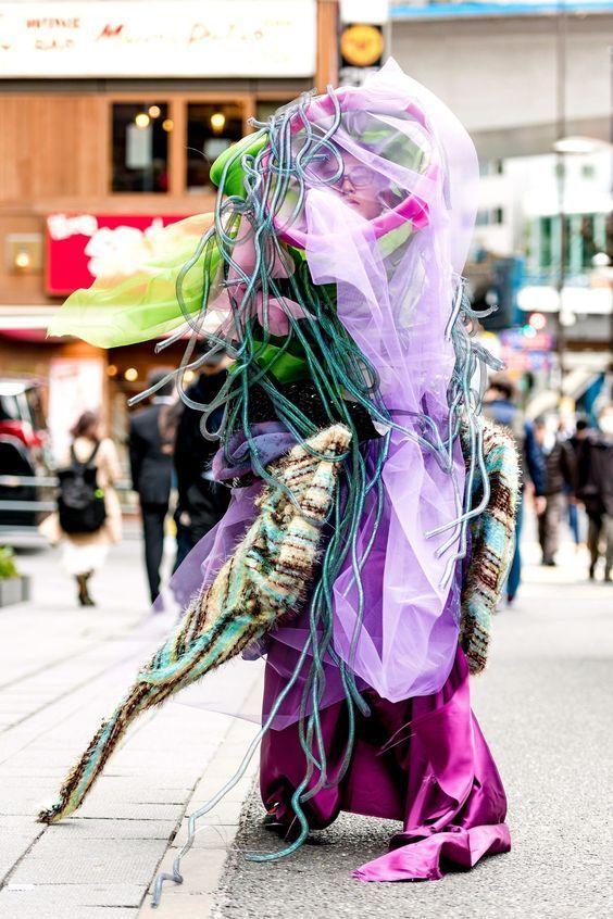 человек в странной одежде на улице