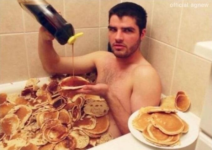 парень принимает ванну из панкейков