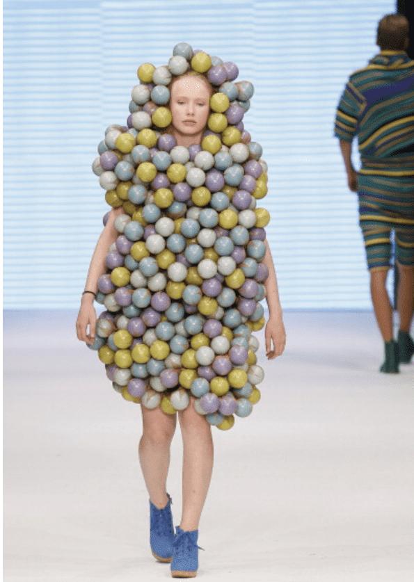 девушка в необычном платье