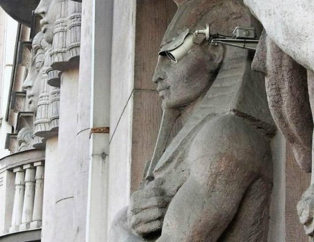 статуя и камера слежения