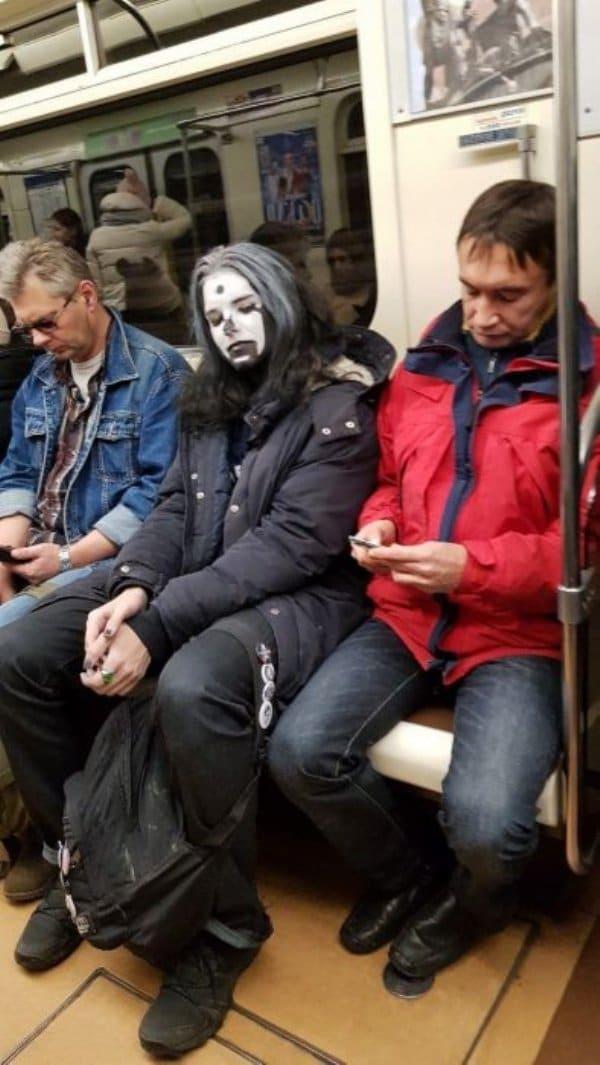 парень с белым лицом в метро