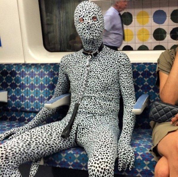 человек в костюме леопарда в метро