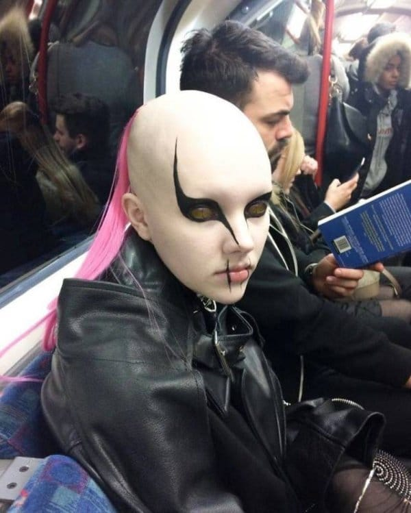 бритоголовая девушка в метро