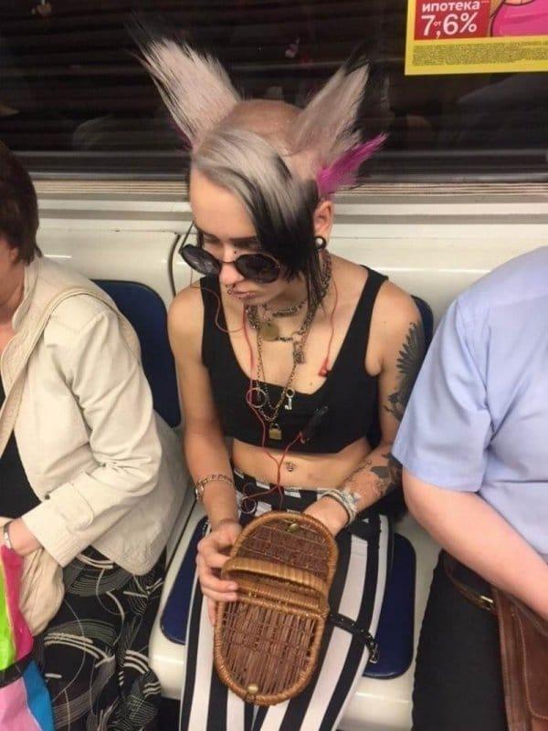 девушка в очках в метро