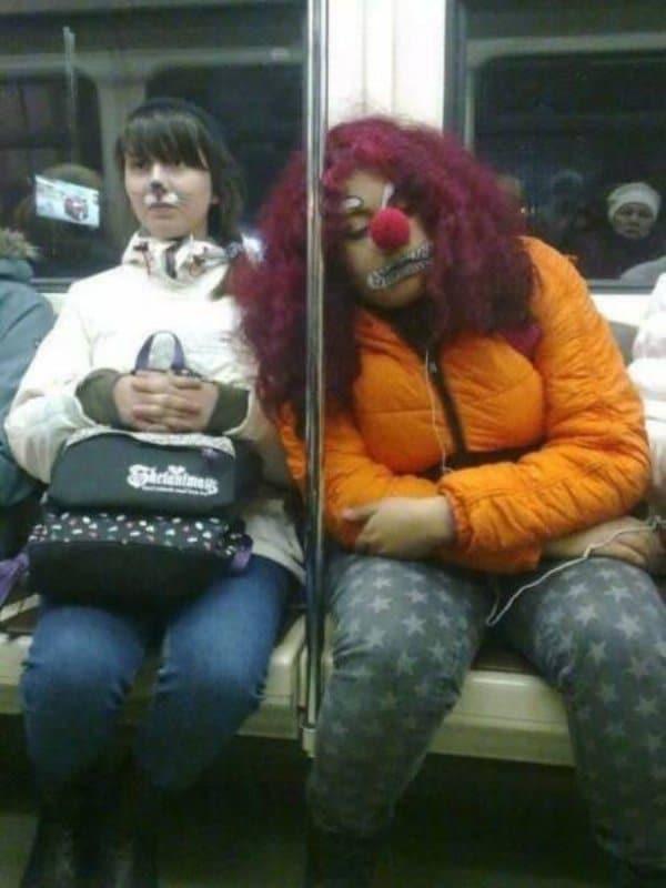 женщина с носом клоуна в метро