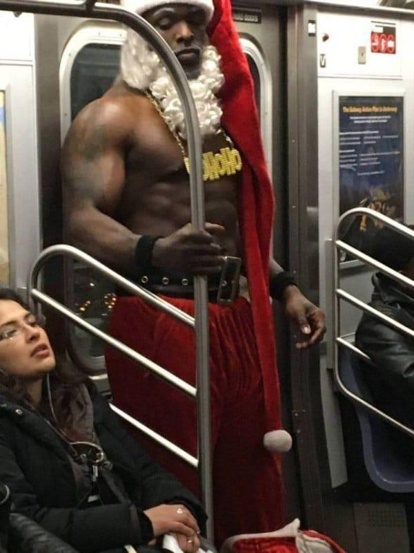 мускулистый мужчина в костюме санты