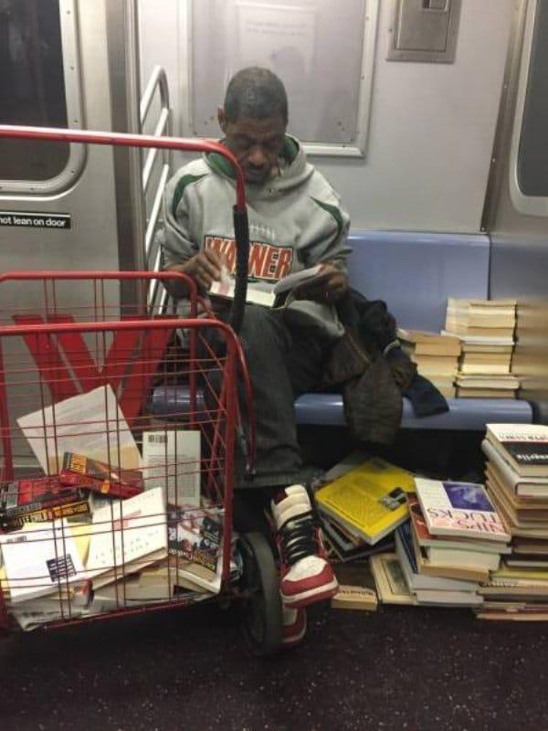 мужчина с книгами в метро