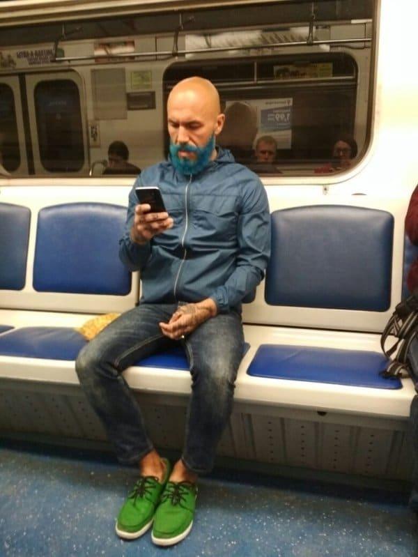 мужчина с синей бородой в метро