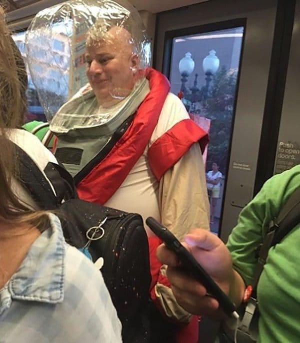 мужчина в скафандре в метро