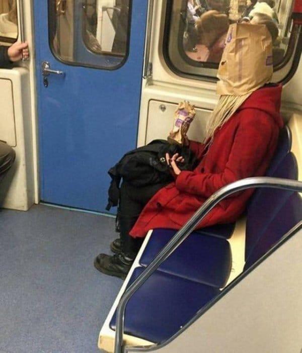 девушка с пакетом на голове в метро