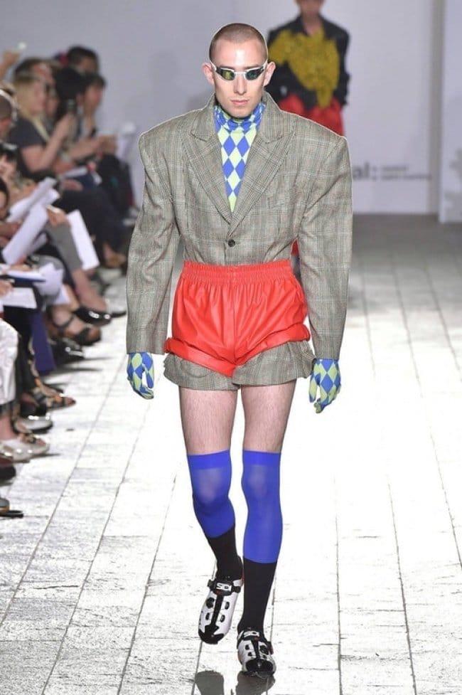 модель в странном костюме