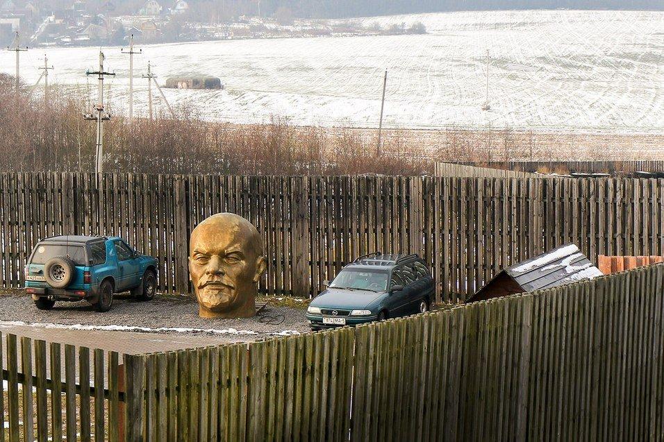 голова Ленина на парковке