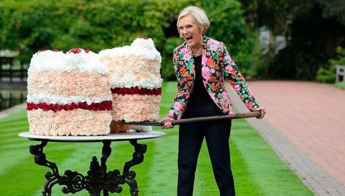 женщина и два больших торта