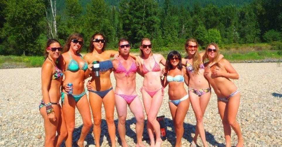 девушки в купальниках