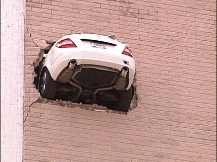 автомобиль в стене