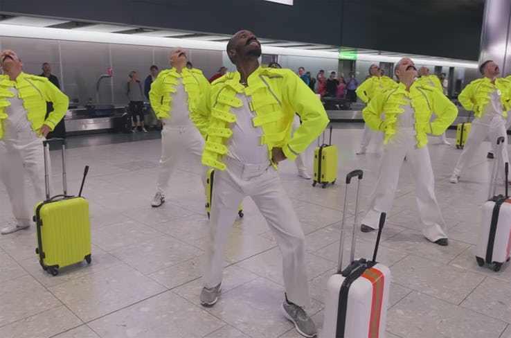 мужчины в белом в аэропорту