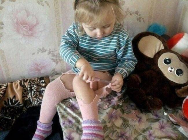 девочка разрезала свои колготы