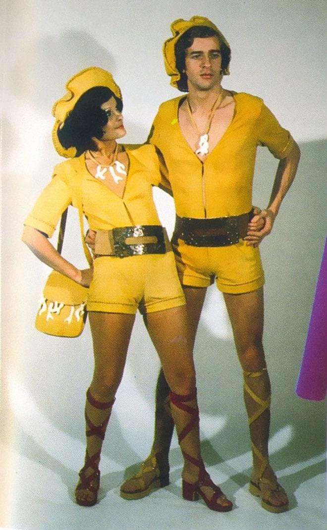 мужчина и женщина в желтом
