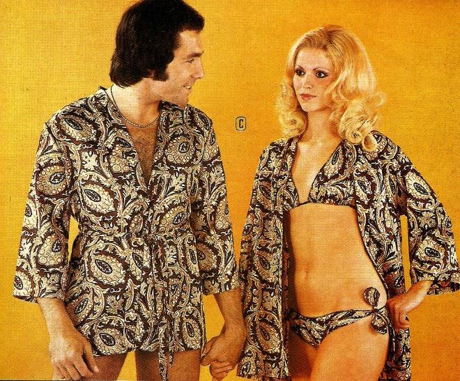 мужчина и женщина в купальнике и халате