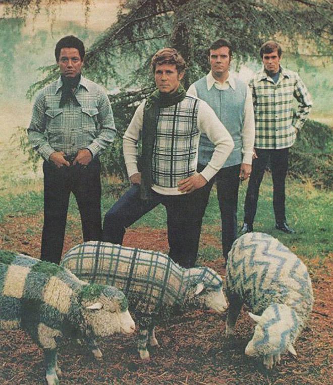 мужчины в клетчатой одежде