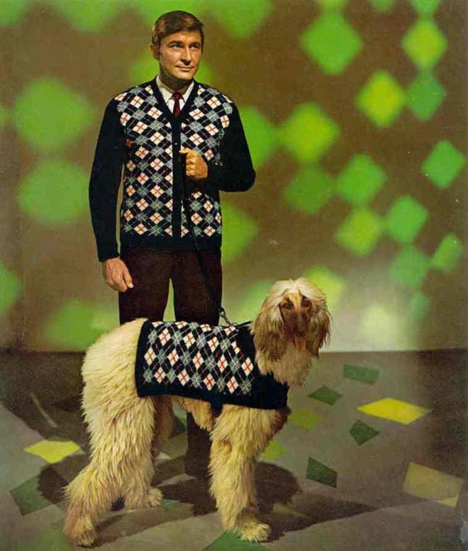 мужчина и пес в одинаковых нарядах