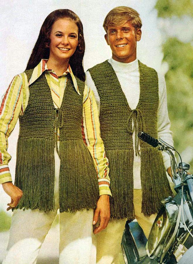 мужчина и женщина в странной одежде