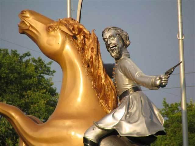 скульптура полководца на коне
