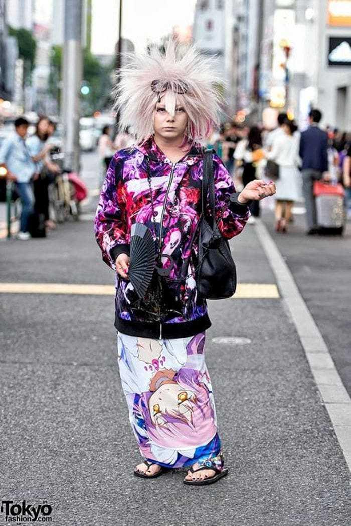 японка в парике и яркой одежде на улице