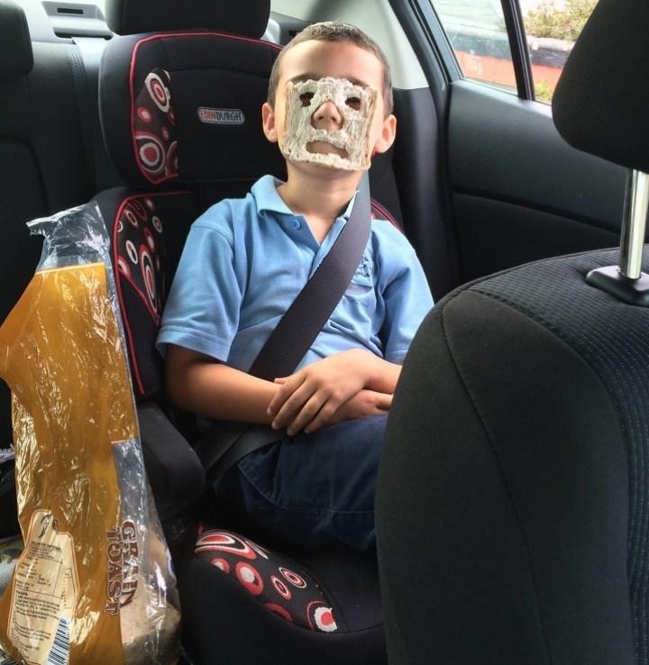 мальчик и ломтик хлеба