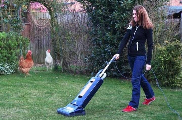 девушка пылесосит газон