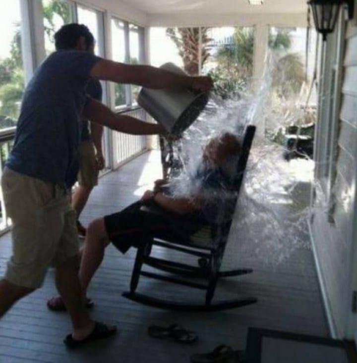 мужчина вылил ведро с водой на другого