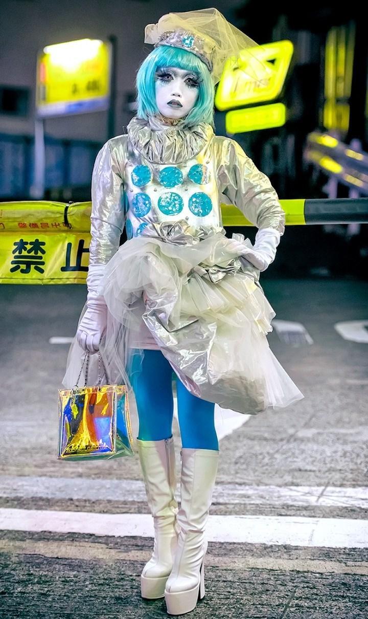 японка в голубом парике на улице