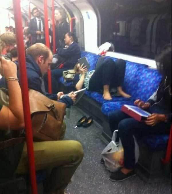женщина лежит в метро