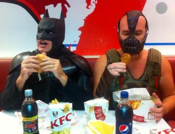 супергерои едят за столом