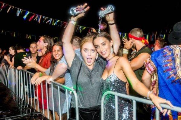 девушки на концерте