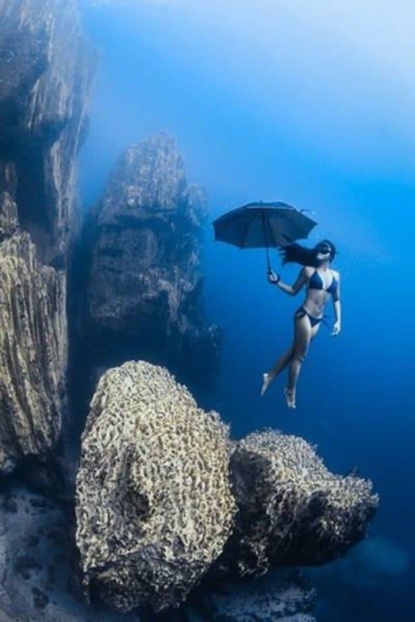 девушка с зонтом под водой